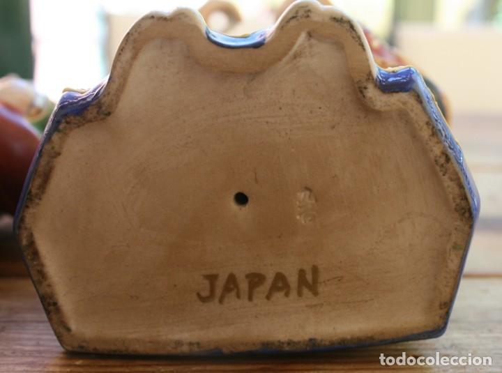 Antigüedades: PAREJA FIGURAS PORCELANA JAPONESA MAGNIFICAMENTE DECORADA VIVOS COLORES - SELLO MARCA SIMBOLO BASE - Foto 8 - 134113154