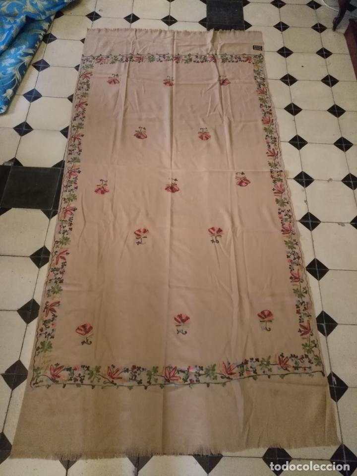 Antigüedades: gran manton pañolon pañuelo chals rectangular con flores preciosos bordados 100 x 100 lana - flecos - Foto 3 - 163756426