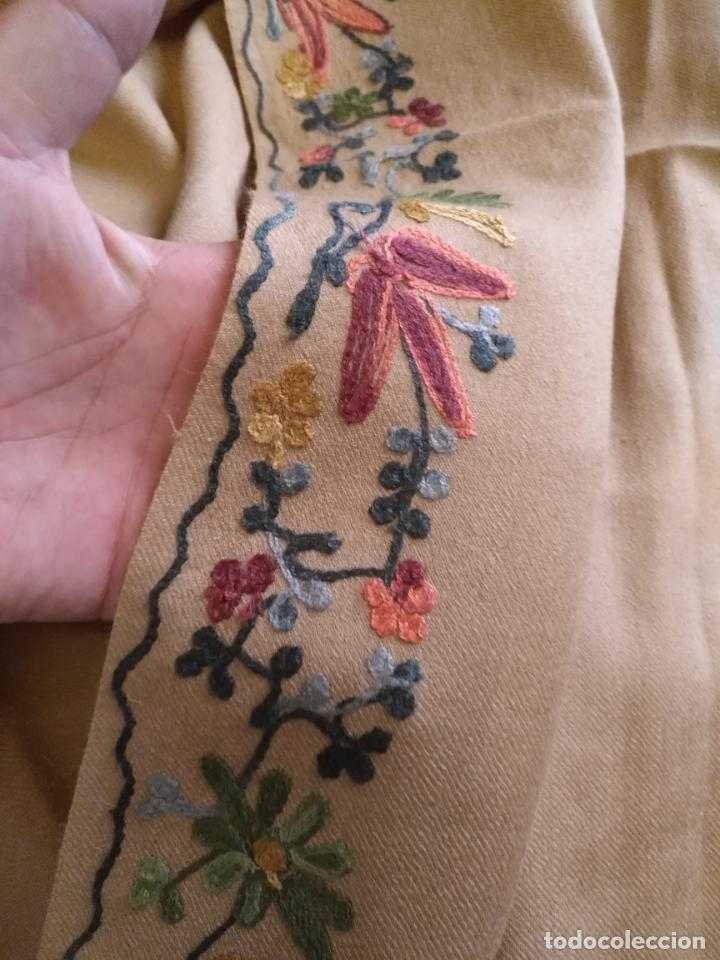 Antigüedades: gran manton pañolon pañuelo chals rectangular con flores preciosos bordados 100 x 100 lana - flecos - Foto 5 - 163756426
