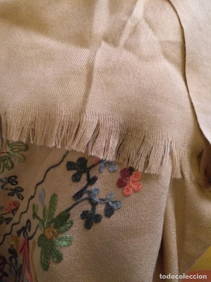 Antigüedades: gran manton pañolon pañuelo chals rectangular con flores preciosos bordados 100 x 100 lana - flecos - Foto 6 - 163756426