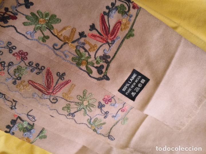 Antigüedades: gran manton pañolon pañuelo chals rectangular con flores preciosos bordados 100 x 100 lana - flecos - Foto 7 - 163756426