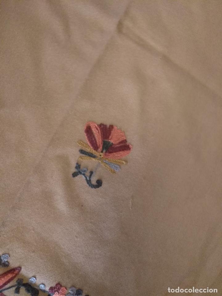 Antigüedades: gran manton pañolon pañuelo chals rectangular con flores preciosos bordados 100 x 100 lana - flecos - Foto 9 - 163756426