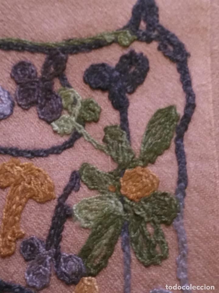Antigüedades: gran manton pañolon pañuelo chals rectangular con flores preciosos bordados 100 x 100 lana - flecos - Foto 10 - 163756426