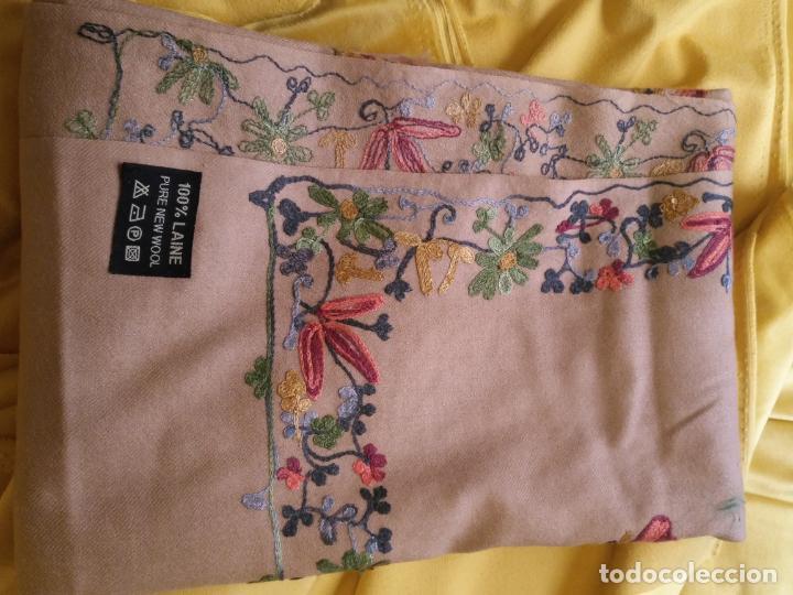 Antigüedades: gran manton pañolon pañuelo chals rectangular con flores preciosos bordados 100 x 100 lana - flecos - Foto 11 - 163756426