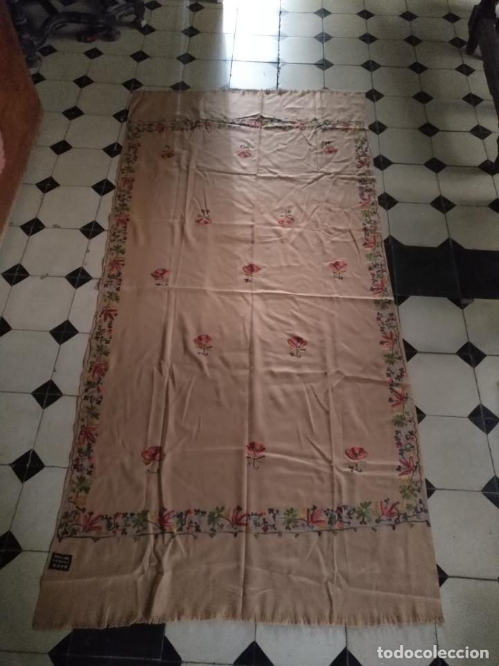 Antigüedades: gran manton pañolon pañuelo chals rectangular con flores preciosos bordados 100 x 100 lana - flecos - Foto 12 - 163756426