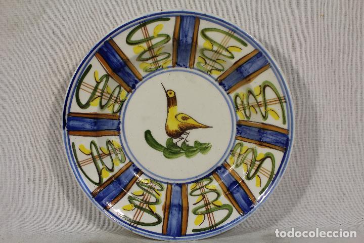 PLATO ANTIGUO PINTADO A MANO FIRMADO LARIO (Antigüedades - Porcelanas y Cerámicas - Lario)