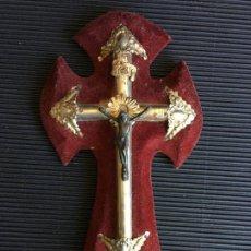 Antigüedades: PRECIOSA CRUZ METALICA CON BENDICIERO, SOBRE BASE DE CRUZ DE MADERA FORRADA EN TERCIOPELO GRANATE. Lote 163941946
