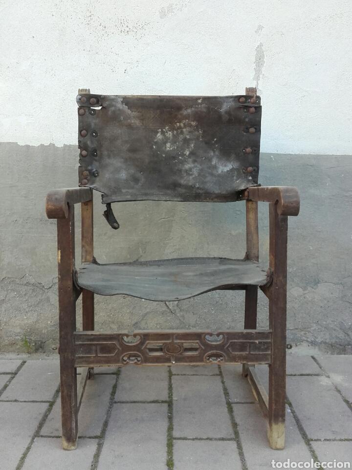 SILLÓN FRAILERO DE MADERA DE NOGAL Y CUERO CON CHAMBRANA CALADA DE RIÑONES RECORTADOS. SIGLO XVII. (Antigüedades - Muebles Antiguos - Sillones Antiguos)