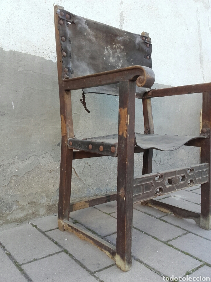 Antigüedades: Sillón frailero de madera de nogal y cuero con chambrana calada de riñones recortados. Siglo XVII. - Foto 2 - 163999556
