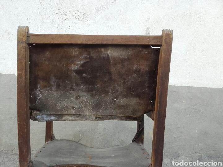 Antigüedades: Sillón frailero de madera de nogal y cuero con chambrana calada de riñones recortados. Siglo XVII. - Foto 5 - 163999556