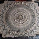 Antigüedades: MANTEL TAPETE REDONDO GANCHILLO CROCHET BEIGE HECHO A MANO. Lote 164000454