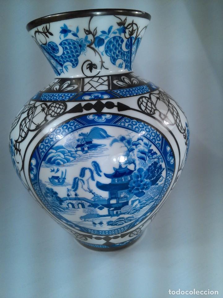 JARRÓN EN PORCELANA. BOHEMIA. ORNAMENTACIÓN DE CHINERIES Y RIBETES EN PLATA. SELLO EN BASE. AÑOS 40 (Antigüedades - Porcelana y Cerámica - Alemana - Meissen)