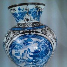 Antigüedades: JARRÓN EN PORCELANA. BOHEMIA. ORNAMENTACIÓN DE CHINERIES Y RIBETES EN PLATA. SELLO EN BASE. AÑOS 40. Lote 164095330