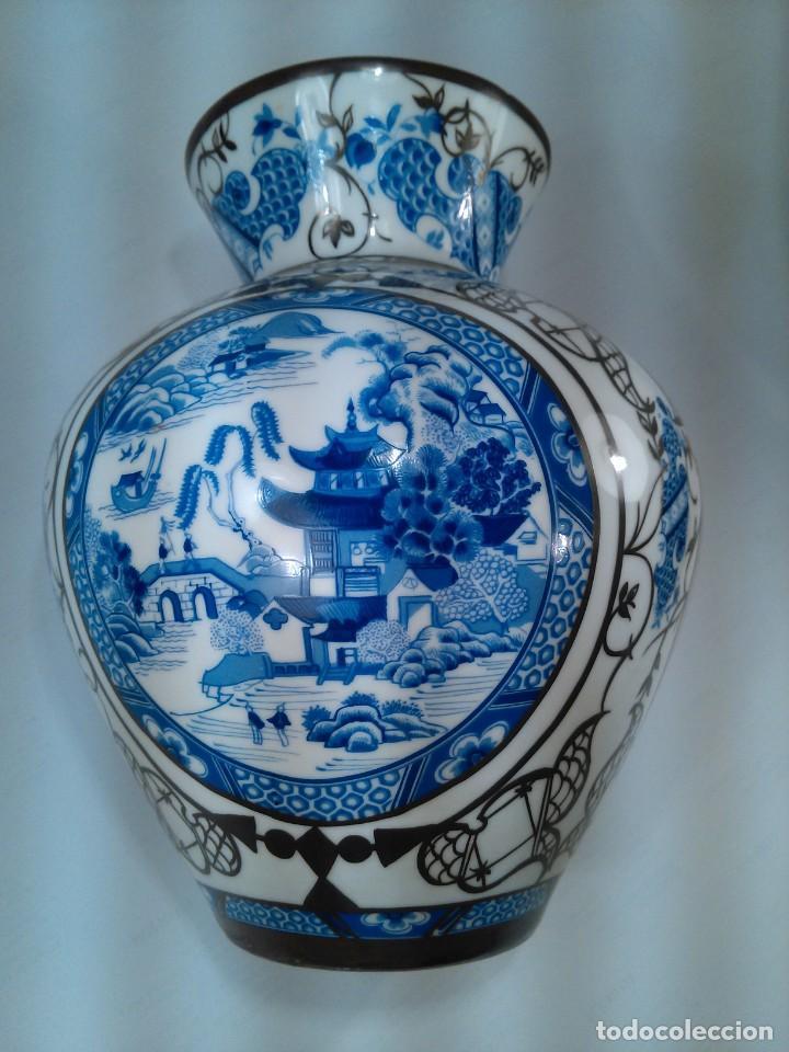 Antigüedades: JARRÓN EN PORCELANA. BOHEMIA. ORNAMENTACIÓN DE CHINERIES Y RIBETES EN PLATA. SELLO EN BASE. AÑOS 40 - Foto 3 - 164095330