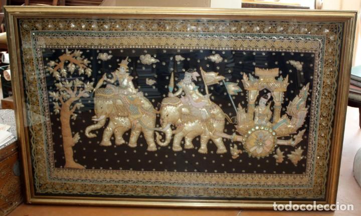 COMPOSICION BORDADA HINDU EN RELIEVE CON HILOS DE ORO, LENTEJUELAS Y PEDRERÍA. 105 X 170 (Antigüedades - Hogar y Decoración - Tapices Antiguos)