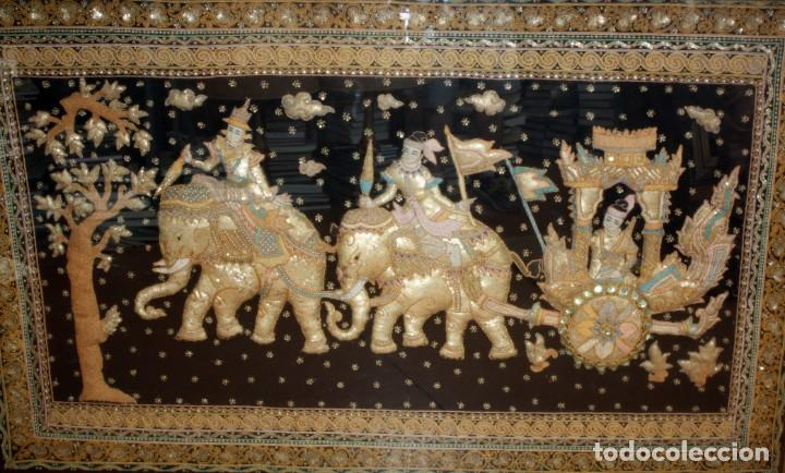 Antigüedades: COMPOSICION BORDADA HINDU EN RELIEVE CON HILOS DE ORO, LENTEJUELAS Y PEDRERÍA. 105 X 170 - Foto 2 - 164117834
