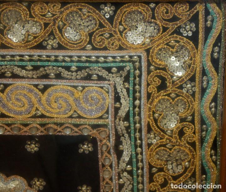 Antigüedades: COMPOSICION BORDADA HINDU EN RELIEVE CON HILOS DE ORO, LENTEJUELAS Y PEDRERÍA. 105 X 170 - Foto 4 - 164117834