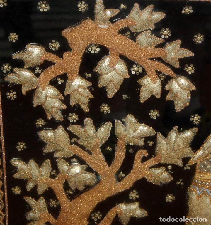 Antigüedades: COMPOSICION BORDADA HINDU EN RELIEVE CON HILOS DE ORO, LENTEJUELAS Y PEDRERÍA. 105 X 170 - Foto 5 - 164117834