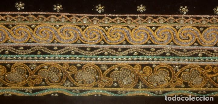 Antigüedades: COMPOSICION BORDADA HINDU EN RELIEVE CON HILOS DE ORO, LENTEJUELAS Y PEDRERÍA. 105 X 170 - Foto 6 - 164117834