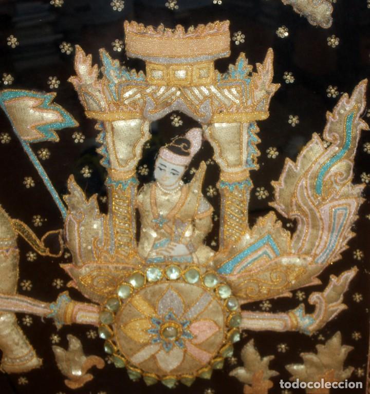 Antigüedades: COMPOSICION BORDADA HINDU EN RELIEVE CON HILOS DE ORO, LENTEJUELAS Y PEDRERÍA. 105 X 170 - Foto 12 - 164117834