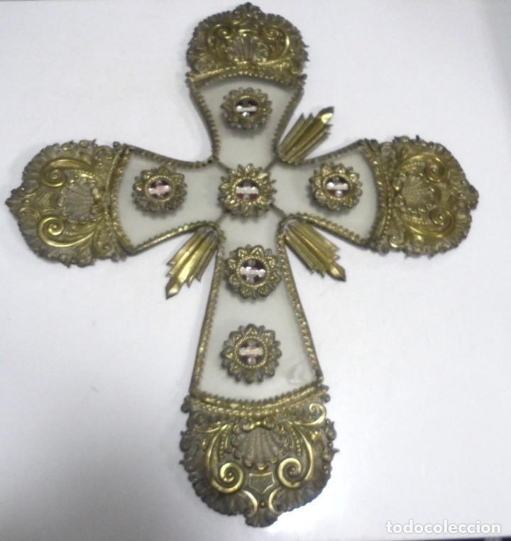 ANTIGUA CRUZ. RELIQUIA. METAL. NOMBRES DE IMAGENES. VIRGEN DE LOS REYES, DEL ROCIO, MACARENA. VER (Antigüedades - Religiosas - Cruces Antiguas)