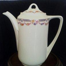 Antigüedades - Cafetera. Tetera de porcelana alemana. Decorada con motivos florales. - 164209458