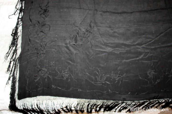 Antigüedades: MANTÓN DE SEDA NEGRO CON BORDADOS A MANO FLORALES DEL SIGLO XIX - Foto 2 - 164276638