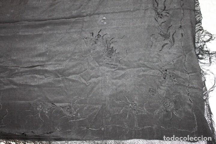 Antigüedades: MANTÓN DE SEDA NEGRO CON BORDADOS A MANO FLORALES DEL SIGLO XIX - Foto 8 - 164276638