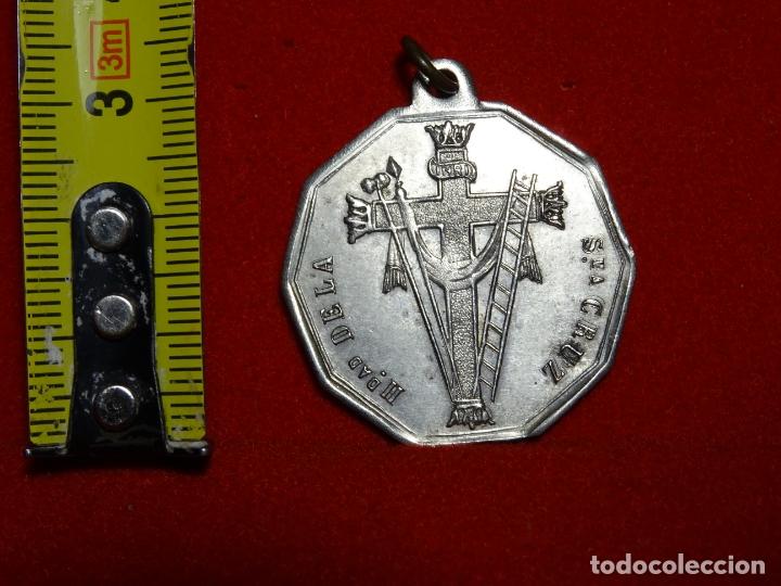 Antigüedades: medalla hermandad santa cruz, brillo original y Jesus nazareno, - Foto 3 - 164392206