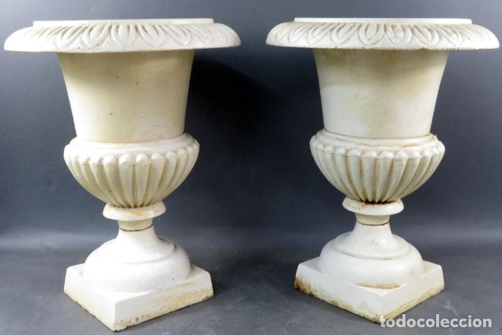 Antigüedades: Pareja de copas tipo Medici en hierro colado pintadas en blanco siglo XX - Foto 2 - 164452270