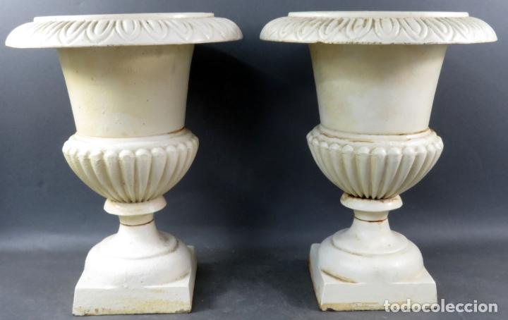 Antigüedades: Pareja de copas tipo Medici en hierro colado pintadas en blanco siglo XX - Foto 3 - 164452270