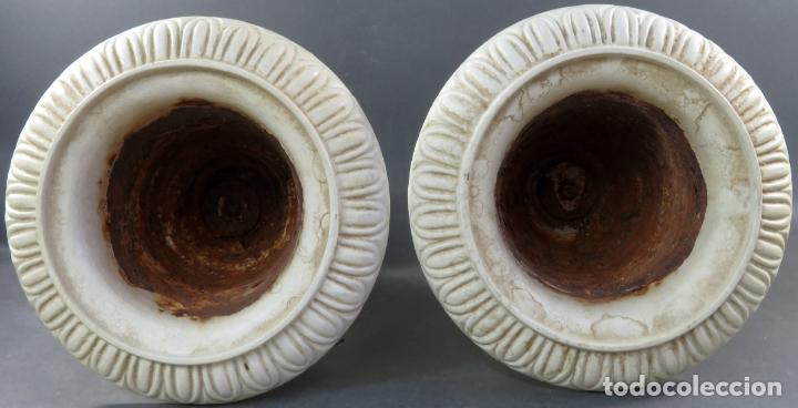 Antigüedades: Pareja de copas tipo Medici en hierro colado pintadas en blanco siglo XX - Foto 4 - 164452270