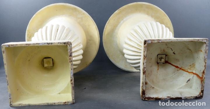 Antigüedades: Pareja de copas tipo Medici en hierro colado pintadas en blanco siglo XX - Foto 5 - 164452270
