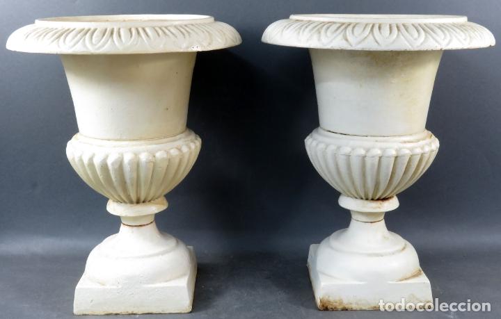 PAREJA DE COPAS TIPO MEDICI EN HIERRO COLADO PINTADAS EN BLANCO SIGLO XX (Antigüedades - Hogar y Decoración - Copas Antiguas)