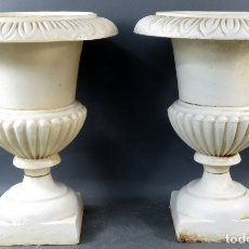 Antigüedades: PAREJA DE COPAS TIPO MEDICI EN HIERRO COLADO PINTADAS EN BLANCO SIGLO XX. Lote 164452270