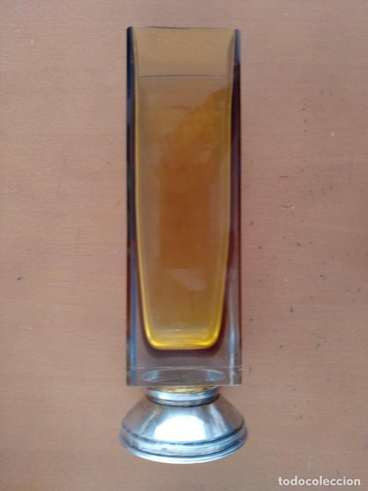 ANTIGUO JARRON DE VIDRIO CRISTAL DE COLOR AMBAR CON PIE DE PLATA CON MARCA DE PLATERO (Antigüedades - Cristal y Vidrio - Otros)
