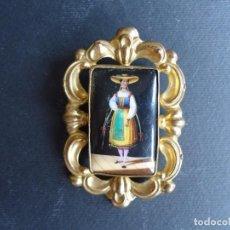 Antigüedades: ANTIGUO BROCHE DE METAL DORADO CON MINIATURA PINTADA A MANO. Lote 164596786