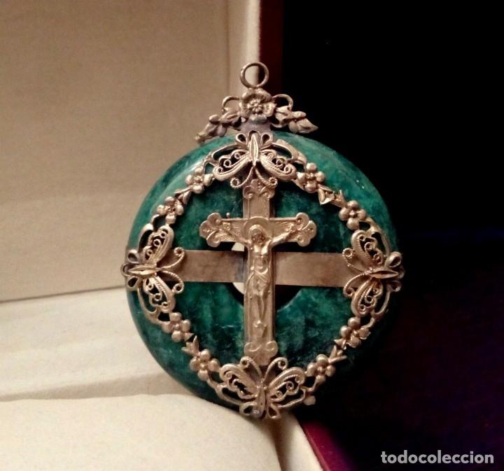 GRAN COLGANTE MEDALLON DE JADE NATURAL CON CRUZ - 89 GRAMOS (Antigüedades - Religiosas - Cruces Antiguas)