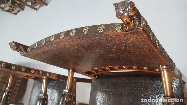 Antigüedades: Pareja sillones nogal y cuero repujado. - Foto 9 - 164656962