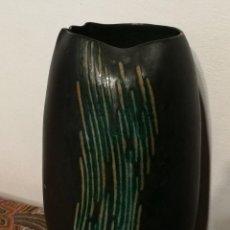 Antigüedades: JARRÓN EN CERÁMICA ESMALTADA A MANO. FIRMADO CERAMISTAS SERRA. 22CM. PRECIOSO!!!.. Lote 164668882