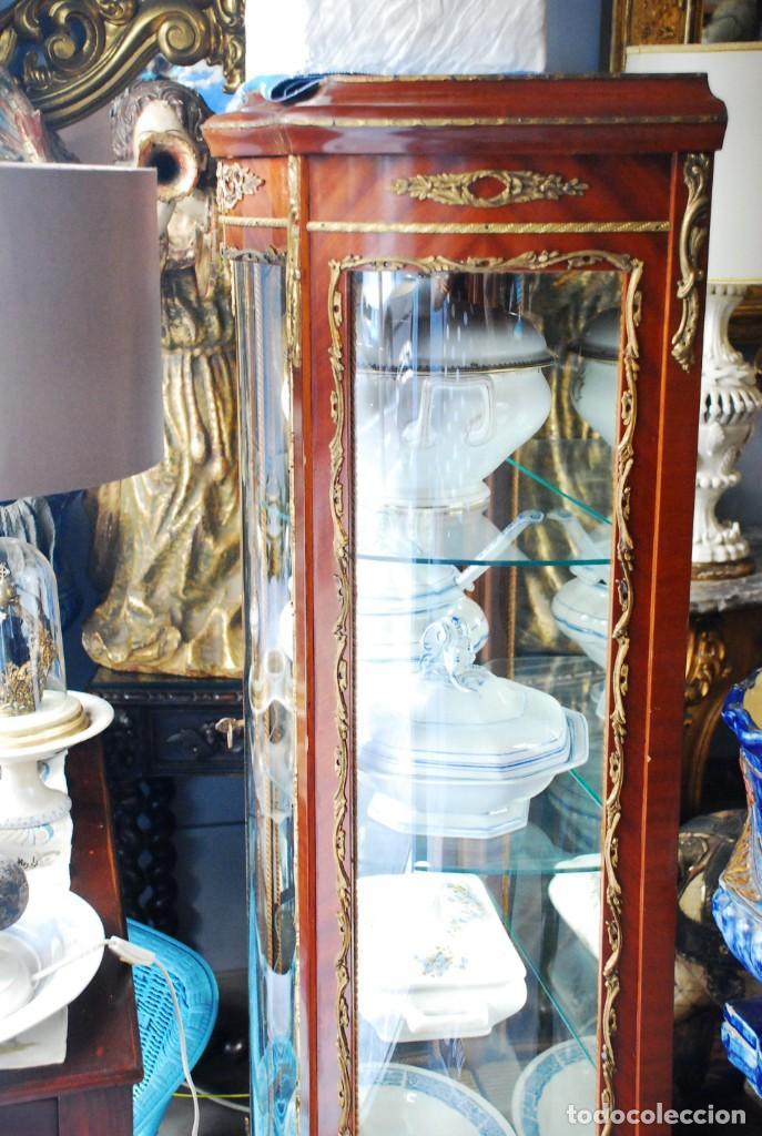 MUY BONITA VITRINA CON CRISTAL CURVO Y ADORNOS DE BRONCE (Antigüedades - Muebles Antiguos - Vitrinas Antiguos)