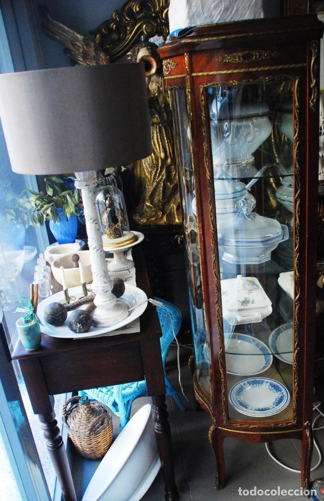 Antigüedades: MUY BONITA VITRINA CON CRISTAL CURVO Y ADORNOS DE BRONCE - Foto 3 - 164679026