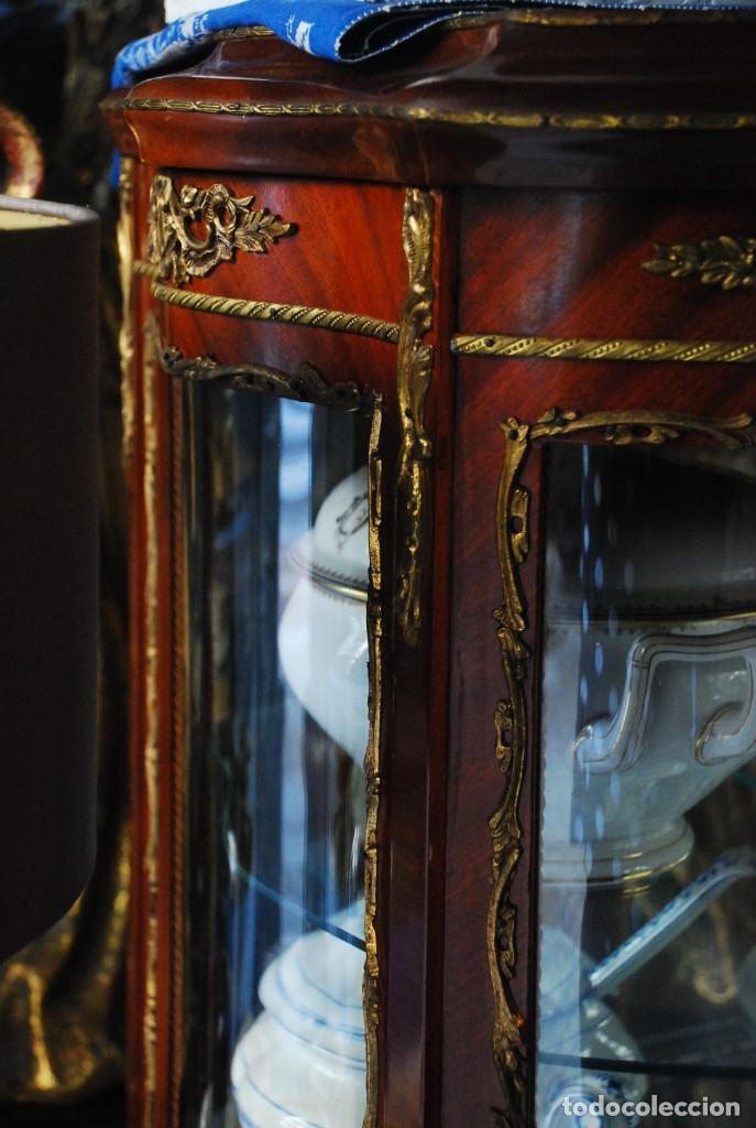 Antigüedades: MUY BONITA VITRINA CON CRISTAL CURVO Y ADORNOS DE BRONCE - Foto 5 - 164679026
