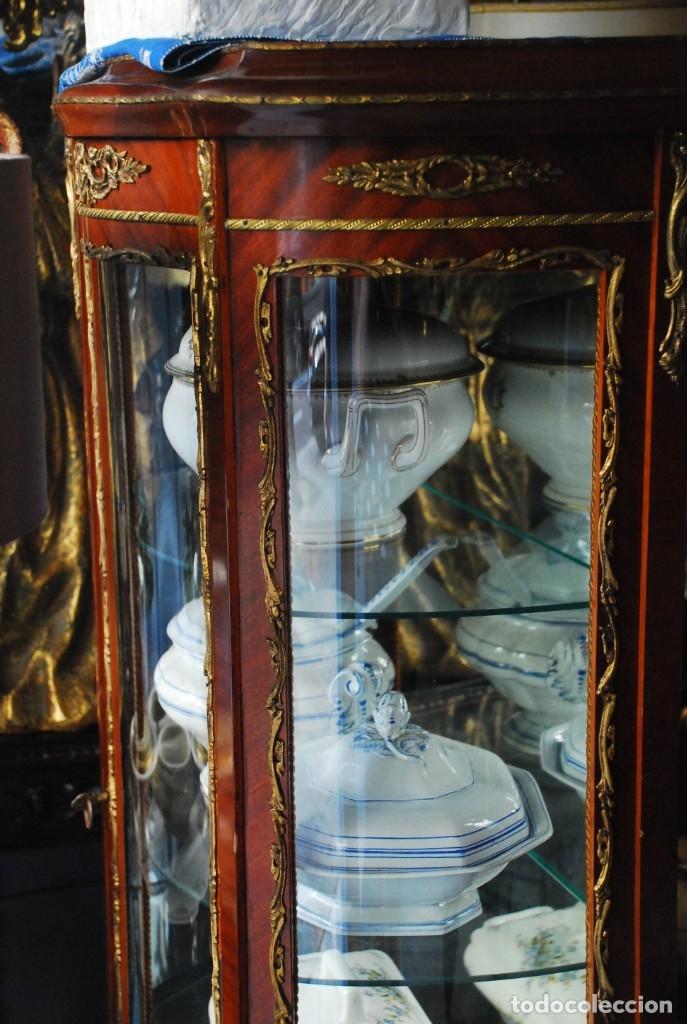 Antigüedades: MUY BONITA VITRINA CON CRISTAL CURVO Y ADORNOS DE BRONCE - Foto 6 - 164679026