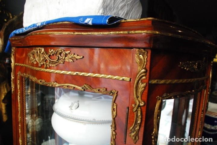 Antigüedades: MUY BONITA VITRINA CON CRISTAL CURVO Y ADORNOS DE BRONCE - Foto 9 - 164679026