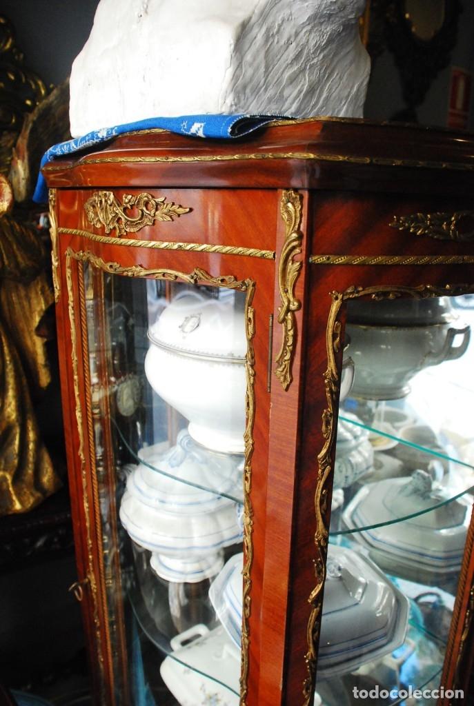 Antigüedades: MUY BONITA VITRINA CON CRISTAL CURVO Y ADORNOS DE BRONCE - Foto 8 - 164679026