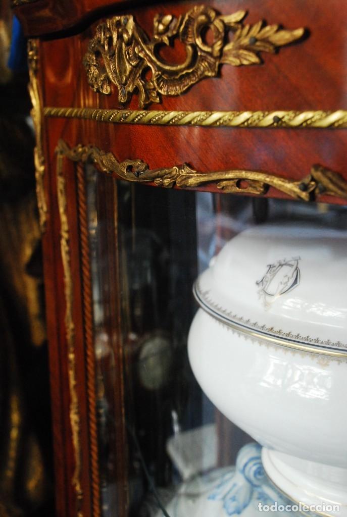 Antigüedades: MUY BONITA VITRINA CON CRISTAL CURVO Y ADORNOS DE BRONCE - Foto 11 - 164679026