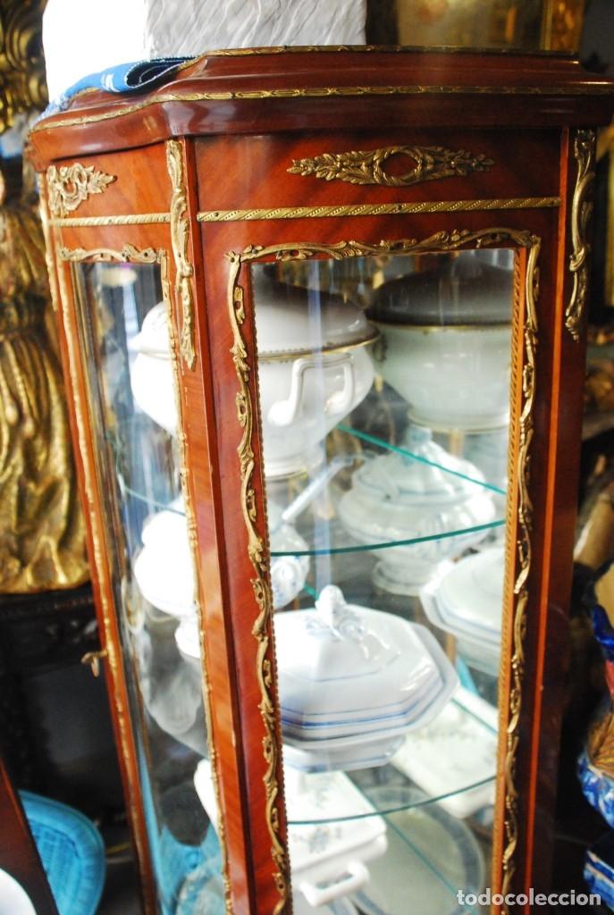 Antigüedades: MUY BONITA VITRINA CON CRISTAL CURVO Y ADORNOS DE BRONCE - Foto 12 - 164679026
