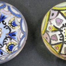 Antigüedades: PAREJA DE PLATOS DE CRISTAL ESMALTADO CATALÁN GENÍS CIRERA CASANOVAS Y ROYO FIRMADO AÑOS 60. Lote 164685278