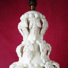 Antigüedades: PRECIOSA LAMPARA MANISES CERAMICA BLANCA VINTAGE EXCELENTE ESTADO. Lote 164709978
